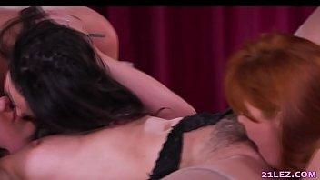 naughty raven scissor lesbians Graba su mama mientras se baa